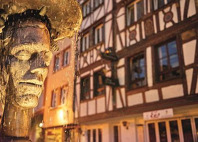 In der Weinstadt Bernkastel-Kues steht dieser Brunnen auf dem Karlsbader Platz. Das Bild zeigt die Skulptur eines Mädchen- und eines Jungengesichts.